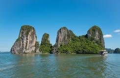 Mooie reismening in de Halong-het landschapsoceaan van Baaivietnam Stock Foto