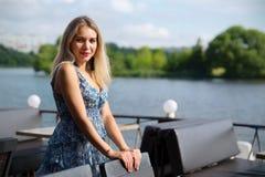 Mooie reizende vrouw bij de zomer royalty-vrije stock fotografie