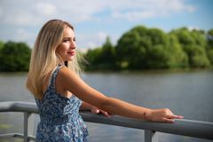 Mooie reizende vrouw bij de zomer royalty-vrije stock afbeelding