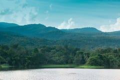 Mooie Reservoirs en bergen stock afbeelding