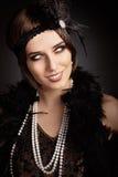 Mooie retro vrouw in de partijuitrusting van de jaren '20stijl stock foto's