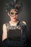 mooie retro vrouw in zwarte kleding en handschoenen Royalty-vrije Stock Afbeelding