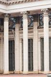 Mooie reusachtige architecturale kolommen bij de ingang aan het gebouw royalty-vrije stock foto