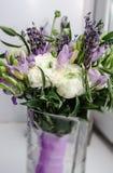 Mooie rijke bos van purpere fresia, boterbloemenranunculus pioen, groen blad, lilac lavendel, rozen, rozemarijnboeket Stock Fotografie