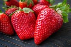 Mooie rijpe aardbeien voor verkoop op een dienblad in houten containers zonder plastiek stock fotografie