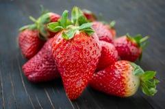 Mooie rijpe aardbeien voor verkoop op een dienblad in houten containers zonder plastiek royalty-vrije stock afbeelding