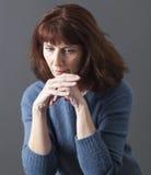 Mooie rijpe vrouw die aan de winterblauw lijden stock foto