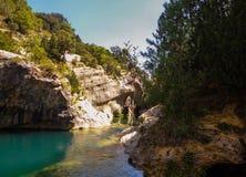 Mooie rivier op een klip royalty-vrije stock foto