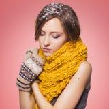 Mooie rode haarvrouw in de winteruitrusting: warme sweater, sjaal en hoed met sneeuw overal haar Geïsoleerd op rozerood Royalty-vrije Stock Fotografie