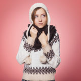 Mooie rode haarvrouw in de winteruitrusting: warme sweater, sjaal en hoed met sneeuw overal haar Geïsoleerd op rozerood Royalty-vrije Stock Foto's