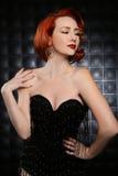 Mooie Rode Hoofdpinup-Mannequin op Gestileerde Reeks Stock Fotografie