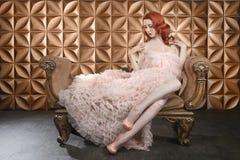 Mooie Rode Hoofdpinup-Mannequin op Gestileerde Reeks Stock Afbeeldingen