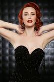 Mooie Rode Hoofdpinup-Mannequin op Gestileerde Reeks Royalty-vrije Stock Afbeelding