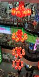Mooie rode lantaarn in winkelcentrum royalty-vrije stock foto