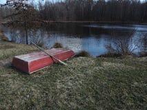 Mooie rode oude rode boot naast vijver Stock Foto's