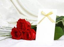 Mooie rode rozen en uitnodigingskaart stock foto's