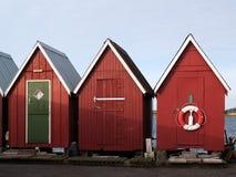 Mooie rode visserijhutten op de kust stock foto