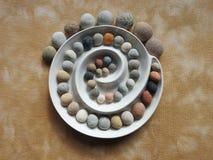 Mooie ronde stenen op bruine stof, Litouwen stock foto