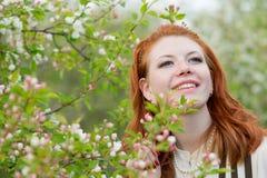 Mooie roodharige meisjesgangen in appelboomgaard Royalty-vrije Stock Foto