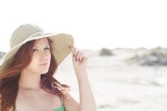 Mooie roodharige met een hoed Stock Afbeeldingen