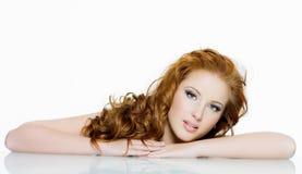 Mooie roodharige vrouw met lange golvende haren Stock Afbeelding