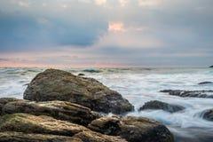 Mooie rots dichtbij wit strand stock foto's