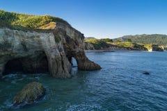 Mooie rotsachtige heuvels en groene gebieden naast een meer stock afbeeldingen