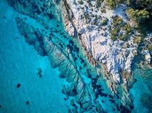 Mooie rotsachtige kustlijn luchtmening stock afbeelding