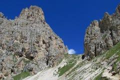 Mooie rotsachtige pas tussen bergen stock foto