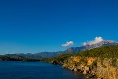 Mooie rotsachtige steile kust en grote golven stock afbeeldingen