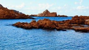 Mooie rotsen in het blauwe overzees Stock Foto's