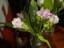 Mooie roze en witte bloemen op de kast royalty-vrije stock afbeeldingen