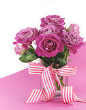 Mooie roze gift van rozen op roze en witte achtergrond Stock Foto
