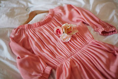 Mooie roze kleding op het bed Stock Foto's