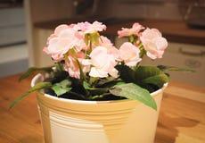 Mooie Roze Kunstmatige Rozenbloemen in een Pot stock fotografie