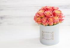 Mooie roze rozen in een ronde doos Perzikrozen in een ronde doos Rozen in een ronde doos op een witte houten achtergrond Royalty-vrije Stock Afbeelding