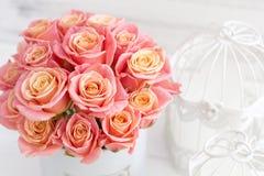 Mooie roze rozen in een ronde doos Perzikrozen in een ronde doos Rozen in een ronde doos op een witte houten achtergrond Stock Foto's
