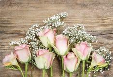 Mooie roze rozen en fresiabloemen stock foto