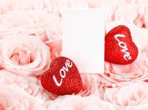 Mooie roze rozen met giftkaart & harten Royalty-vrije Stock Foto