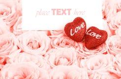 Mooie roze rozen met giftkaart & harten Stock Afbeelding