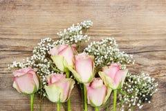 Mooie roze rozen op houten achtergrond. Royalty-vrije Stock Afbeelding