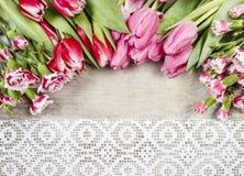 Mooie roze tulpen en anjers op houten achtergrond Royalty-vrije Stock Afbeelding