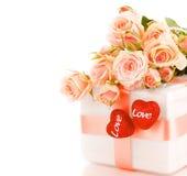 Mooie rozen met giftdoos & harten Stock Afbeeldingen