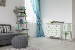 Mooie ruimte met een moderne plank stock foto
