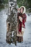 Mooie Russische vrouw in een sjaal in de de winter het spelen huid royalty-vrije stock afbeelding