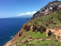 Mooie ruwe berg dichtbij de blauwe oceaan Royalty-vrije Stock Afbeeldingen
