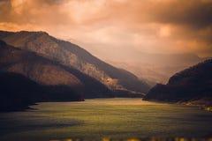 Mooie scène van de herfst op meer Siriu Stock Foto