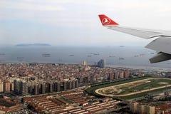 Mooie scène van Turkse Luchtvaartlijn straalvleugel over Istanboel, Turkije, 2016 Royalty-vrije Stock Afbeelding