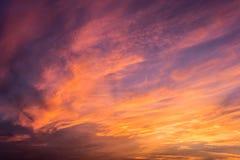 Mooie schemeringhemel en wolk bij ochtend Stock Afbeeldingen