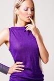 Mooie schitterende vrouw in violette toga Royalty-vrije Stock Afbeeldingen